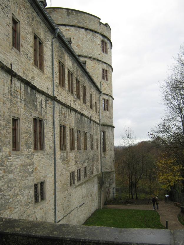 """Blick in die Gräfte am Nordturm und auf den Weg aus der Ausstellung im Wachgebäude zu den """"Kulträumen"""" der SS"""