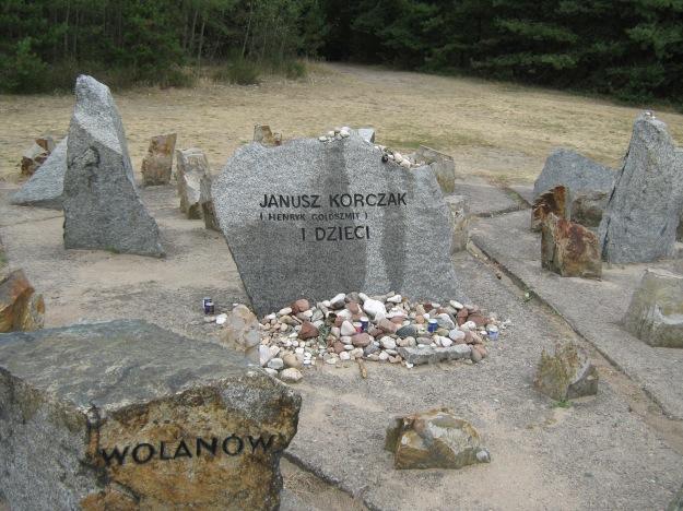 Der einzige personenbezogene Grabstein auf dem Gebiet des symbolischen Friedhofs in Treblinka für Janusz Korczak (Henryk Goldszmit) und die Kinder