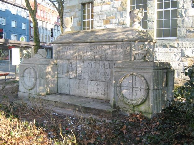 """Kriegerdenkmal des """"Turner-Club Gelsenkirchen von 1874 e.V."""" aus dem Jahr 1924, Hauptstraße 50 am Grillo-Gymnasium"""
