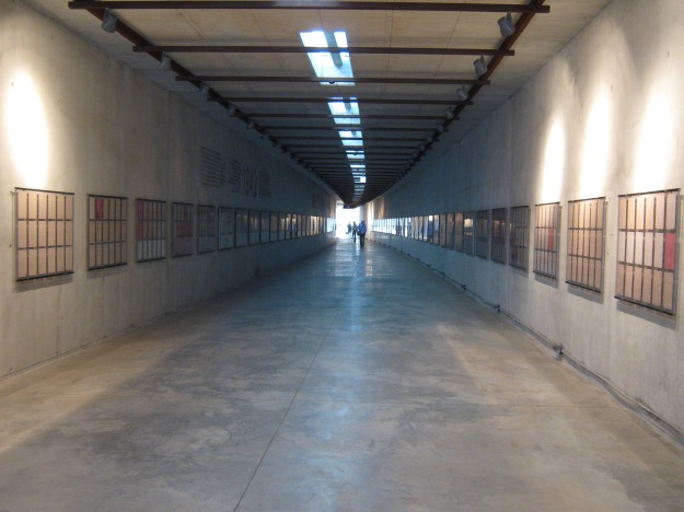 Gedenkstätte Bahnhof Radegast - Tunnel mit Zeitleiste und Deportationslisten.